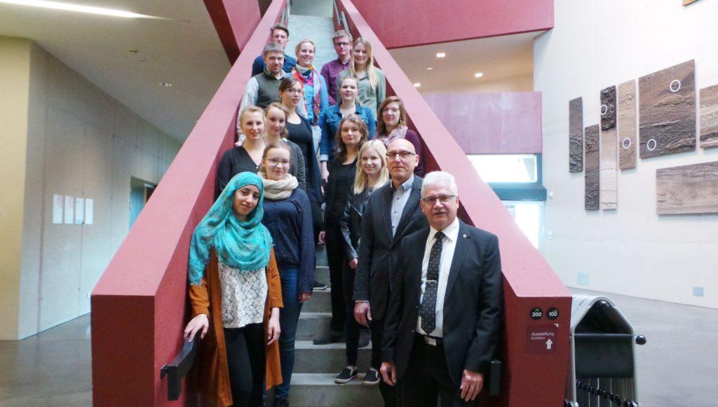 Prof. Manschwetus und studentisches Team