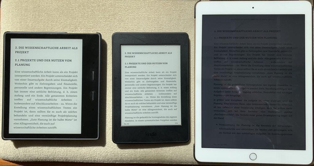 Kindle Paperwhite, Oasis und ipad im Sonnenlicht