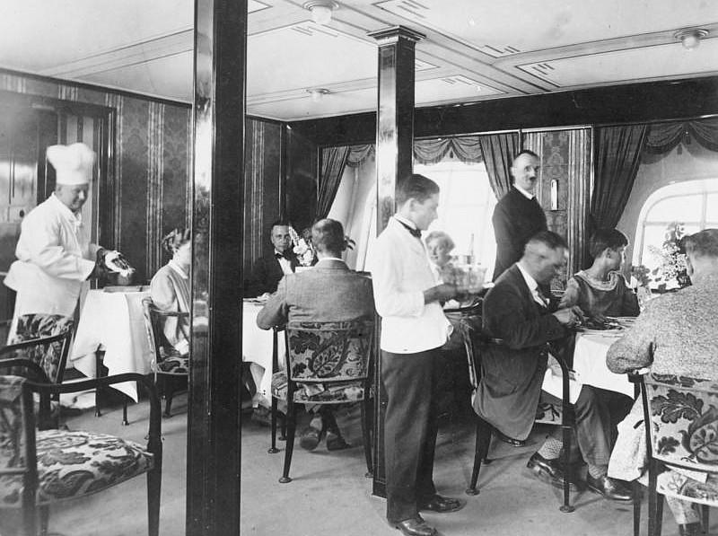 Im Speisesaal der Graf Zeppelin